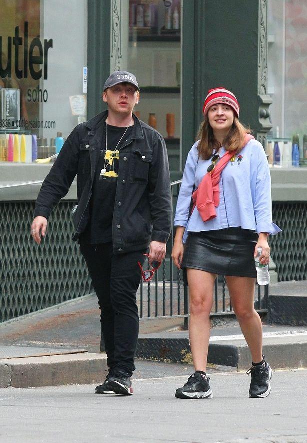 【写真を見る】あのロンがもう30歳!4歳下の恋人と街を歩く様子をパパラッチ
