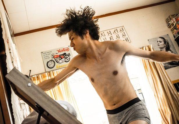 【写真を見る】自宅でも裸でカンフーの猛特訓!?肉体派男子を山田裕貴が快活に体現