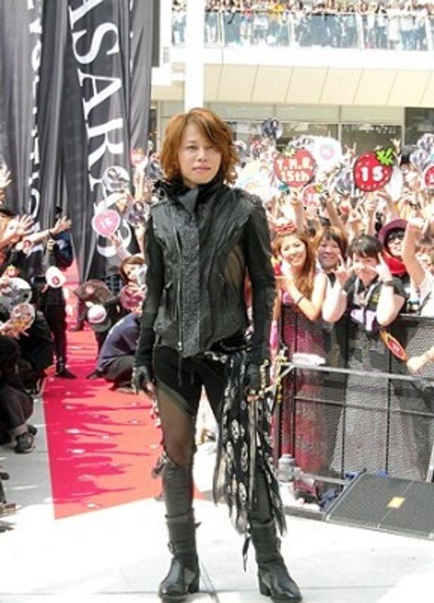 新曲「Naked arms/SWORD SUMMIT」の発売記念イベントに登場したT.M.Revolutionの西川貴教