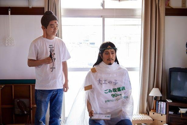 【写真を見る】思わずほしくなる!?宗教ワードが書かれたシュールなTシャツにニヤリ…