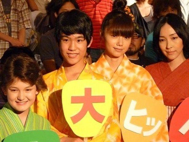宮崎あおいや麻生久美子が『カラフル』初日舞台挨拶で浴衣を着て登壇