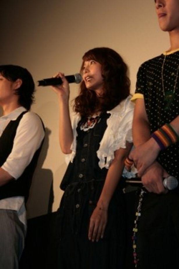 【写真】『NECK ネック』特製ゆで卵形トロフィーをもらった相武紗季