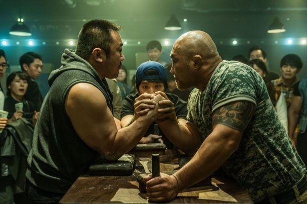 アームレスラーを演じるマ・ドンソク(写真左)