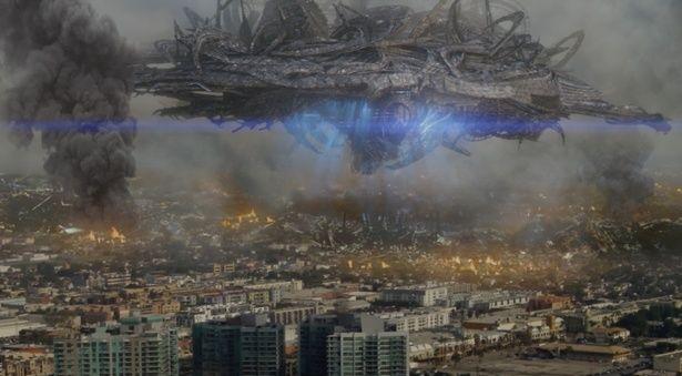 謎の青い光で人間を吸収していく宇宙船がロサンゼルスに出現し…