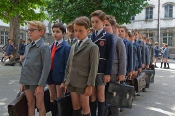 校舎の前で整列する悪ガキ軍団