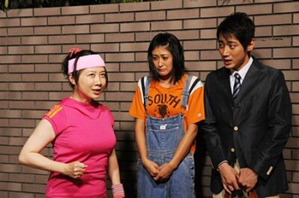 ジョギング中のおばさん(西原理恵子)に激突して謝る絵里子(山田優)と正宗(小泉孝太郎)