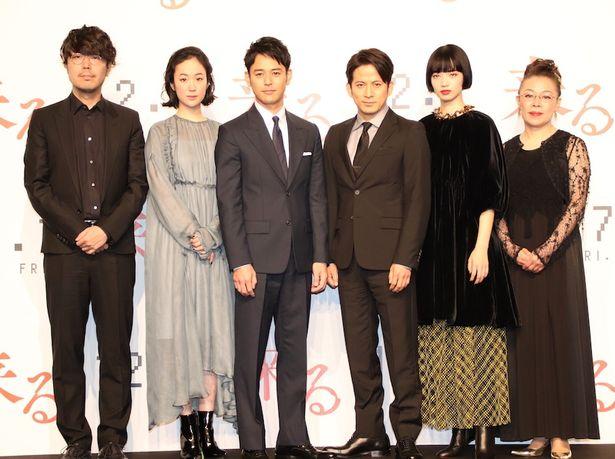 【写真を見る】黒木華、小松菜奈はシックな秋の装いで会見に登場