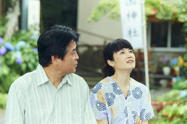 家族の元から姿を消し、六郎は田舎町で内縁の妻・玉枝と暮らしていた