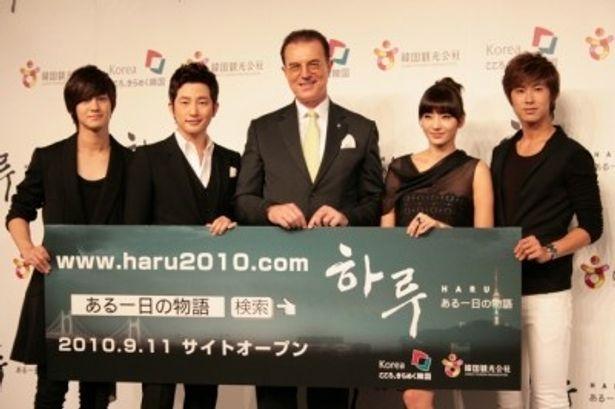 左から、キム・ボム、パク・シフ、イ・チャム社長、ハン・チェヨン、ユンホ