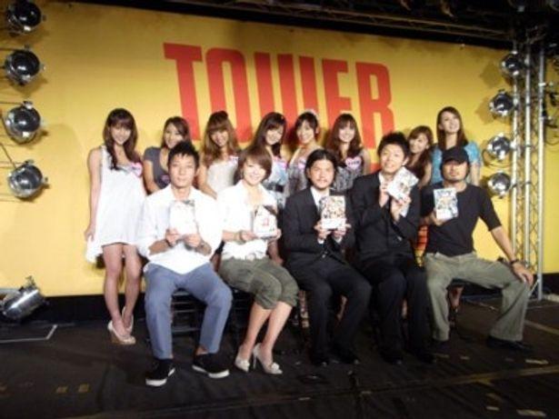 イベントに登場した伊藤隆行プロデューサー、大橋美歩アナウンサー、関暁夫、島田秀平、並木慶氏(写真前列左から)とやりすぎガールのメンバー(写真後列)