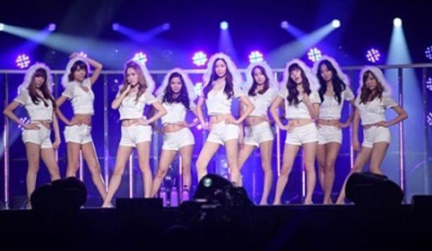 若い女性ファンの黄色い歓声を集める少女時代のメンバー。ティファニー、スヨン、ジェシカ、ヒョヨン、ソヒョン、ユナ、テヨン、ユリ、サニー(写真左から)