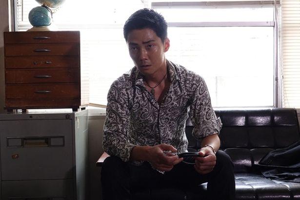 【写真を見る】強面なガールズバーの黒服を貫禄たっぷりに演じる(『新宿パンチ』)