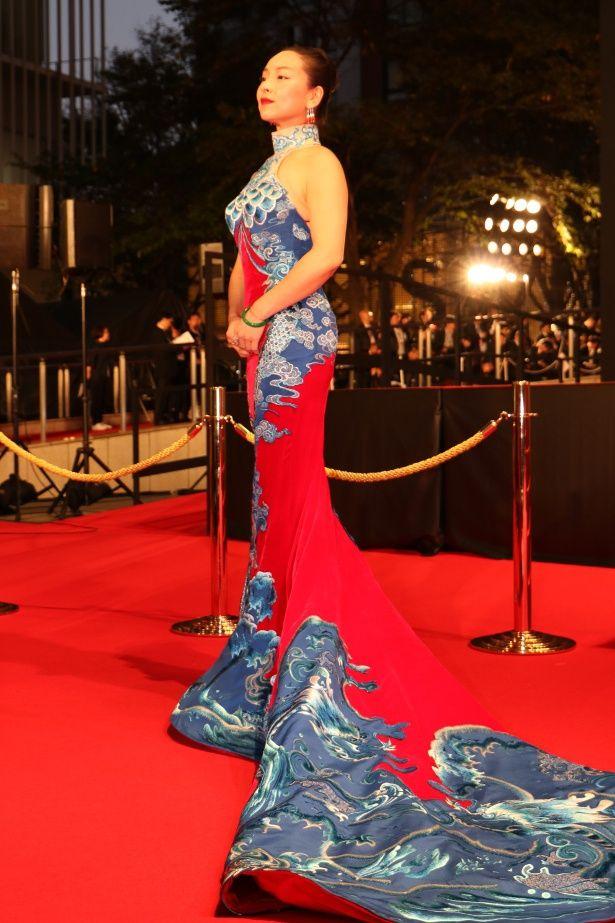 錦鯉のようなドレスだと話題騒然!『三人の夫』のクロエ・マーヤン