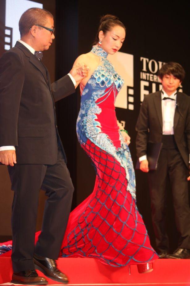 「錦鯉のようなドレス!」と話題を呼んでいたクロエ・マーヤン