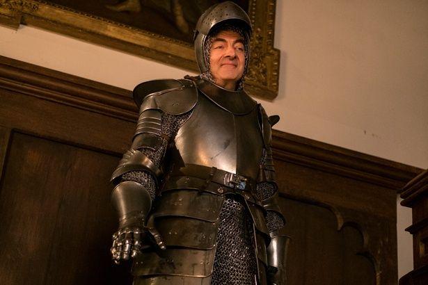 古城でのシーンでは、彼なりにTPOをわきまえた結果、甲冑姿に!