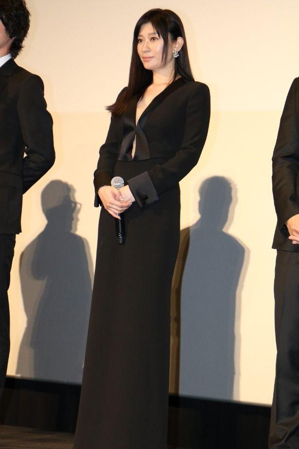 【写真を見る】篠原涼子、胸元が大きく開いたロングドレスの全身ショット