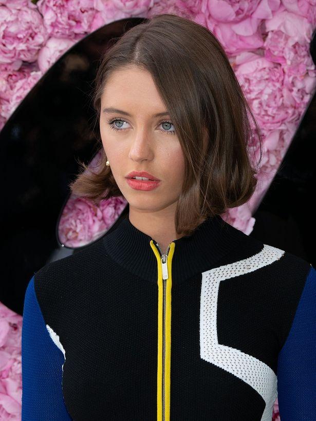 ジュード・ロウの娘アイリス、18歳のドレス姿が話題