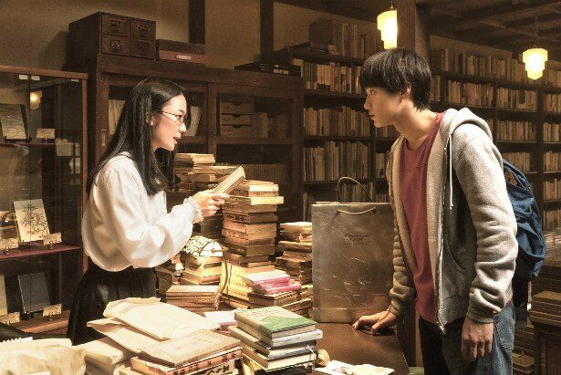 栞子と大輔が、大輔の祖母が遺した夏目漱石の本に記されたサインと、太宰治の希少本にまつわる秘密を探っていく