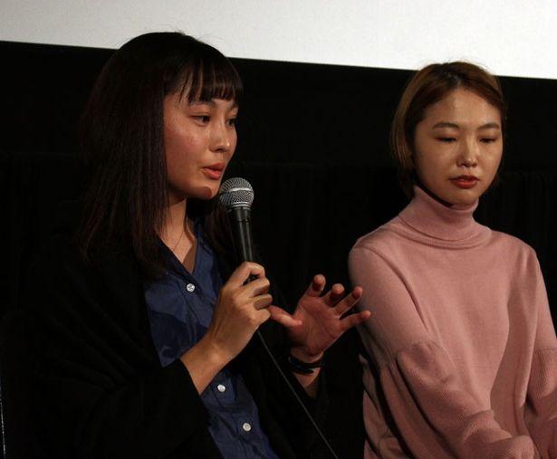松本花奈監督(写真左)の『愛はどこにも消えない』でヒロインを務めたのは橋本愛