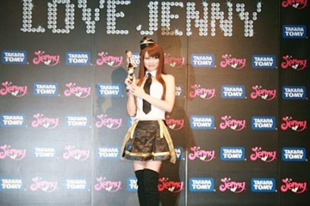 「ジェニーちゃんと一緒に仕事ができるなんてとってもうれしい」と笑顔で話す深田恭子
