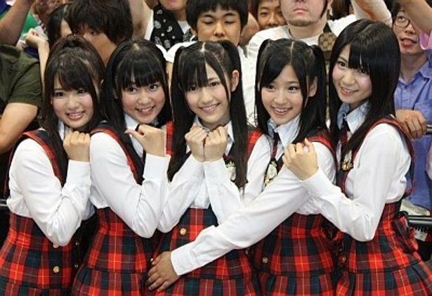 イベントにはファンが大集結!左から平嶋夏海、多田愛佳、渡辺麻友、仲川遥香、菊地あやか