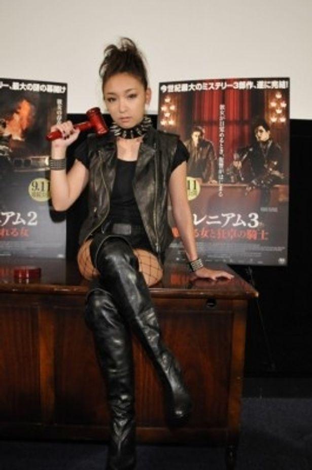 リスベットが見せるゴスメイク&ゴスファッションのコスプレに挑戦した加護亜依
