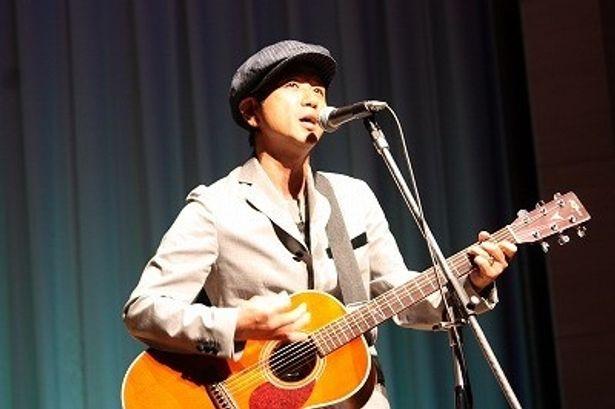 【写真をもっと見る】藤井フミヤが主題歌「今、君に言っておこう」を会場で熱唱
