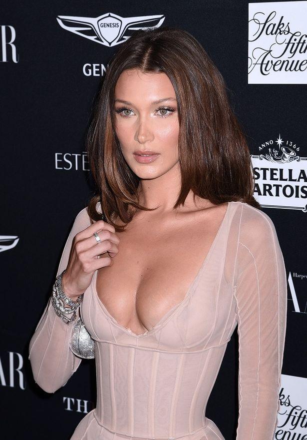 バストが透け放題な過激ドレスが珍しくないベラ