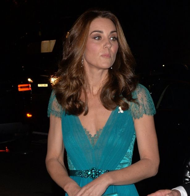 ゴージャスな巻き髪ヘアに女王のダイヤモンドイヤリングを合わせた