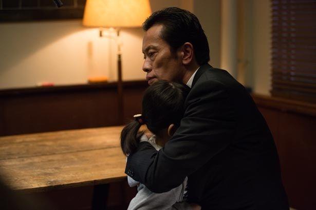 【写真を見る】少女を力強く抱きしめる遠藤憲一の優しい眼差し