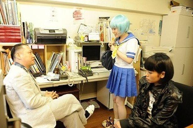 【写真をもっと見る】コスプレ女優ルルに扮した安井紀絵。セーラー服姿もチャーミング!