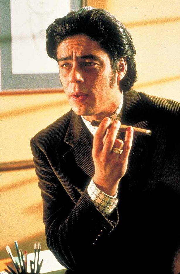 【写真を見る】なんと18年前!『スナッチ』でデル・トロ扮したギャンブル中毒のマフィア、フランキー。