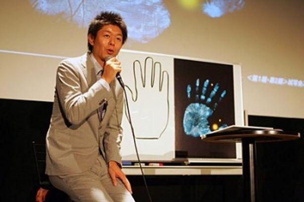 島田秀平は、本編に登場する印象的なシンボルである6本指の手を分析