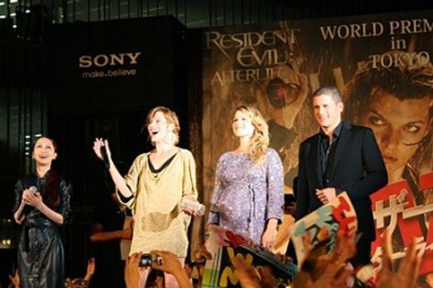会場に集まった多くのファンからの歓声にミラ・ジョヴォヴィッチが大興奮!(写真左から2番目)