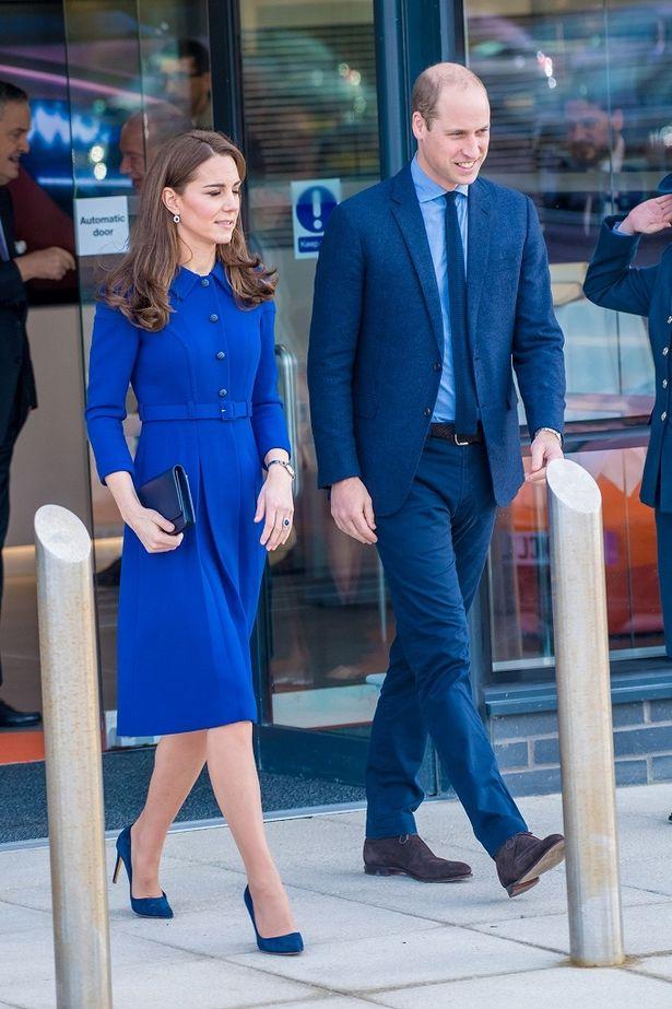 最近はロイヤルブルーのドレスが多い