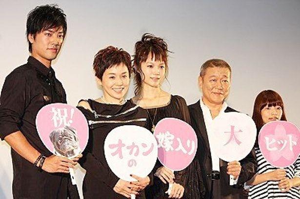 映画「オカンの嫁入り」の初日舞台あいさつに出席した桐谷健太、大竹しのぶ、宮崎あおい、國村隼、呉美保監督(写真左から)