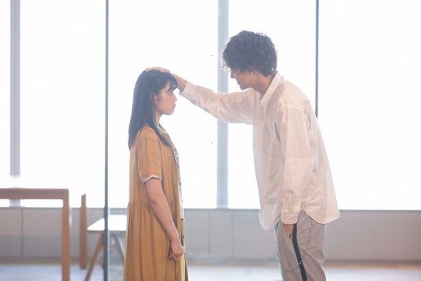莉子(矢作穂香)が幼なじみで初恋相手の柊ニ(水野勝)と再会