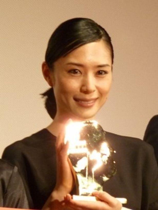 【写真】最優秀女優賞のトロフィーを抱き、笑顔の深津絵里