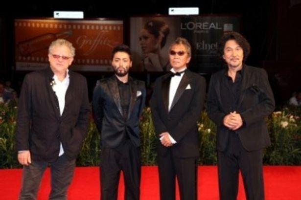 レッドカーペットにて、左から、ジェレミー・トーマス、山田孝之、三池崇史監督、役所広司
