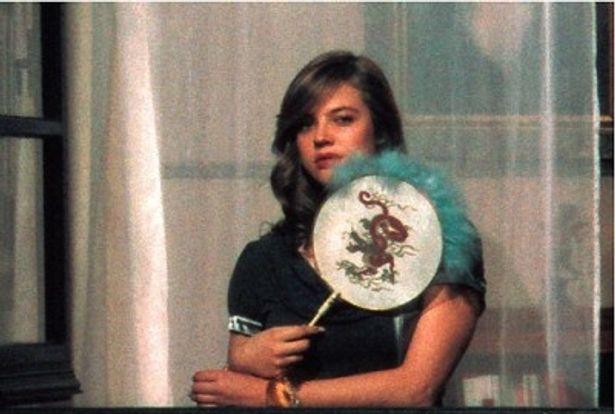 センスを手に、物憂げな表情を浮かべる新鋭女優カタリナ・ヴァレンシュタイン