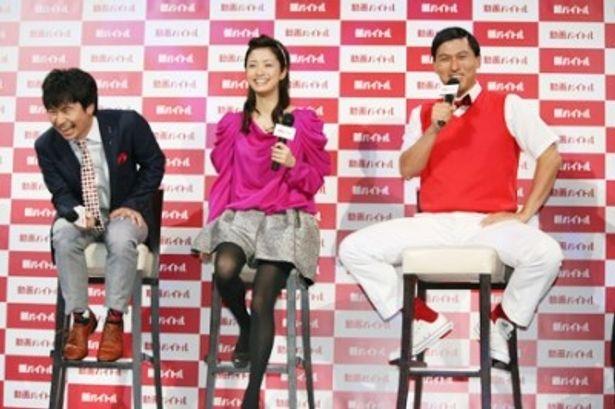 新CM発表会でトークショーを行った若林正恭、上戸彩、春日俊彰(写真左から)
