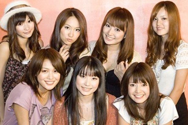 「方言彼女。」に出演する宮内かれん、相沢美羽、古崎瞳(写真前列左から)、渡部優衣、右手愛美、葵ゆりか、柚木渚(写真後列左から)