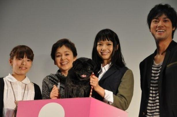 左から、呉監督、大竹しのぶ、宮崎あおい、桐谷健太