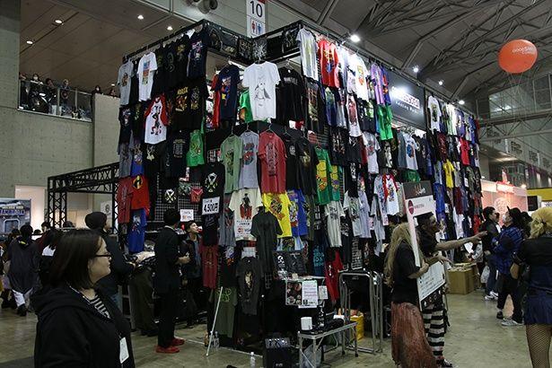 大量の映画Tシャツも販売されていた