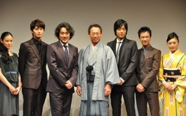 左から、蒼井優、岡田将生、役所広司、岡田武史氏、大沢たかお、堺雅人、仲間由紀恵