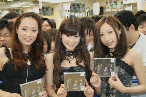 タワーレコード新宿店でインストアイベントを行ったKalafinaのWakana、Keiko、Hikaru(写真左から)