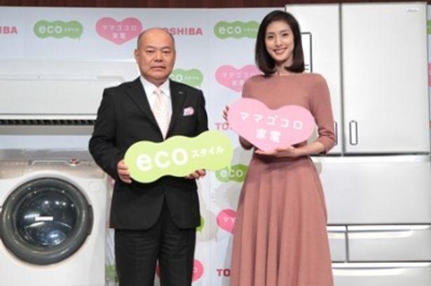 東芝『ママゴコロ家電』新製品発表会に登場した広告キャラクターの天海祐希