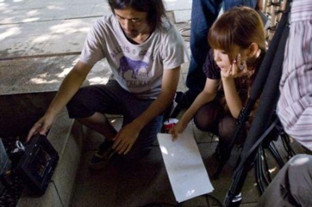 真剣にモニターチェックをする中川翔子。その風貌はすっかり監督?