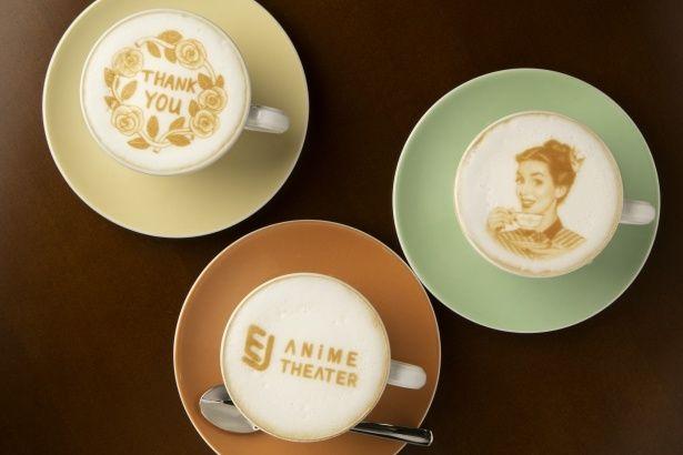 上映作品のキャラクターが描かれたラテアートなどが楽しめる(EJアニメシアター新宿)