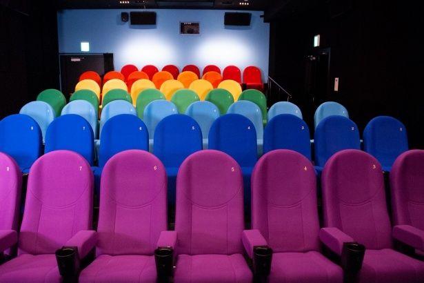 色鮮やかなシートが個性的なアップリンク吉祥寺